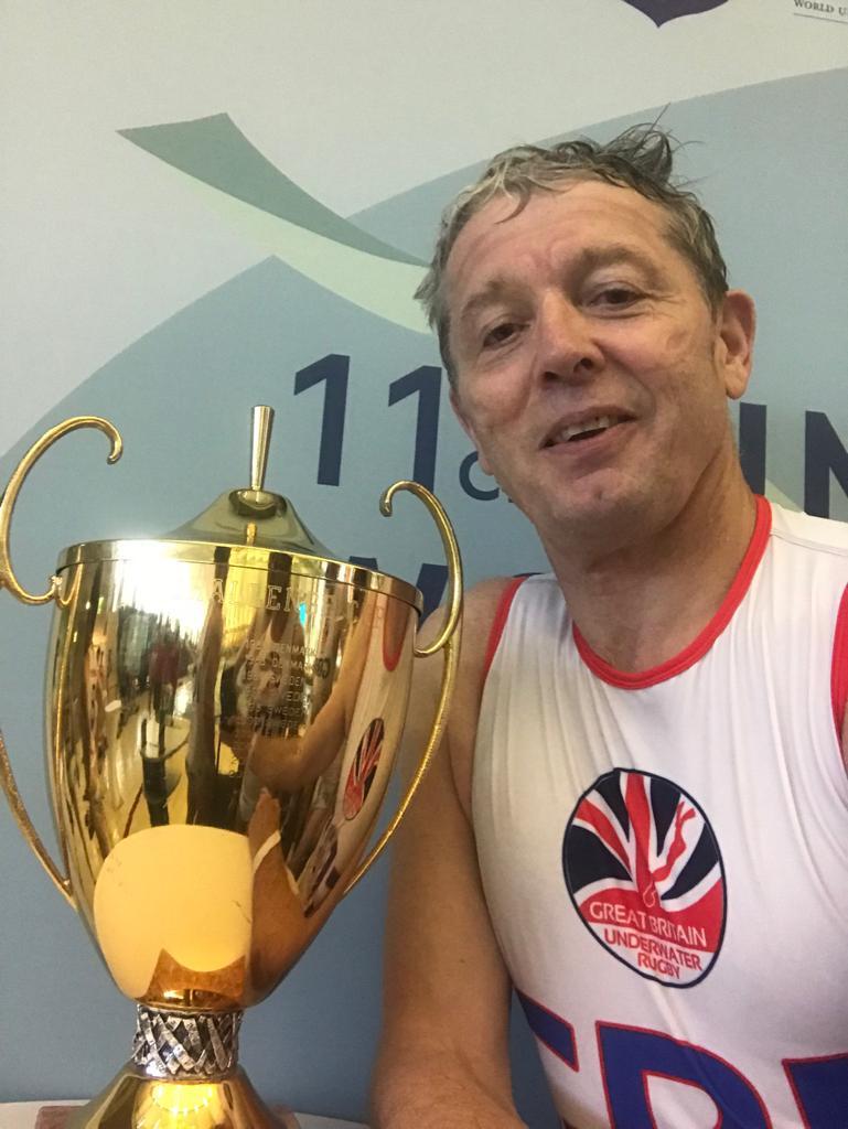Tim Sainsbury mit der World Cup Trophähe.